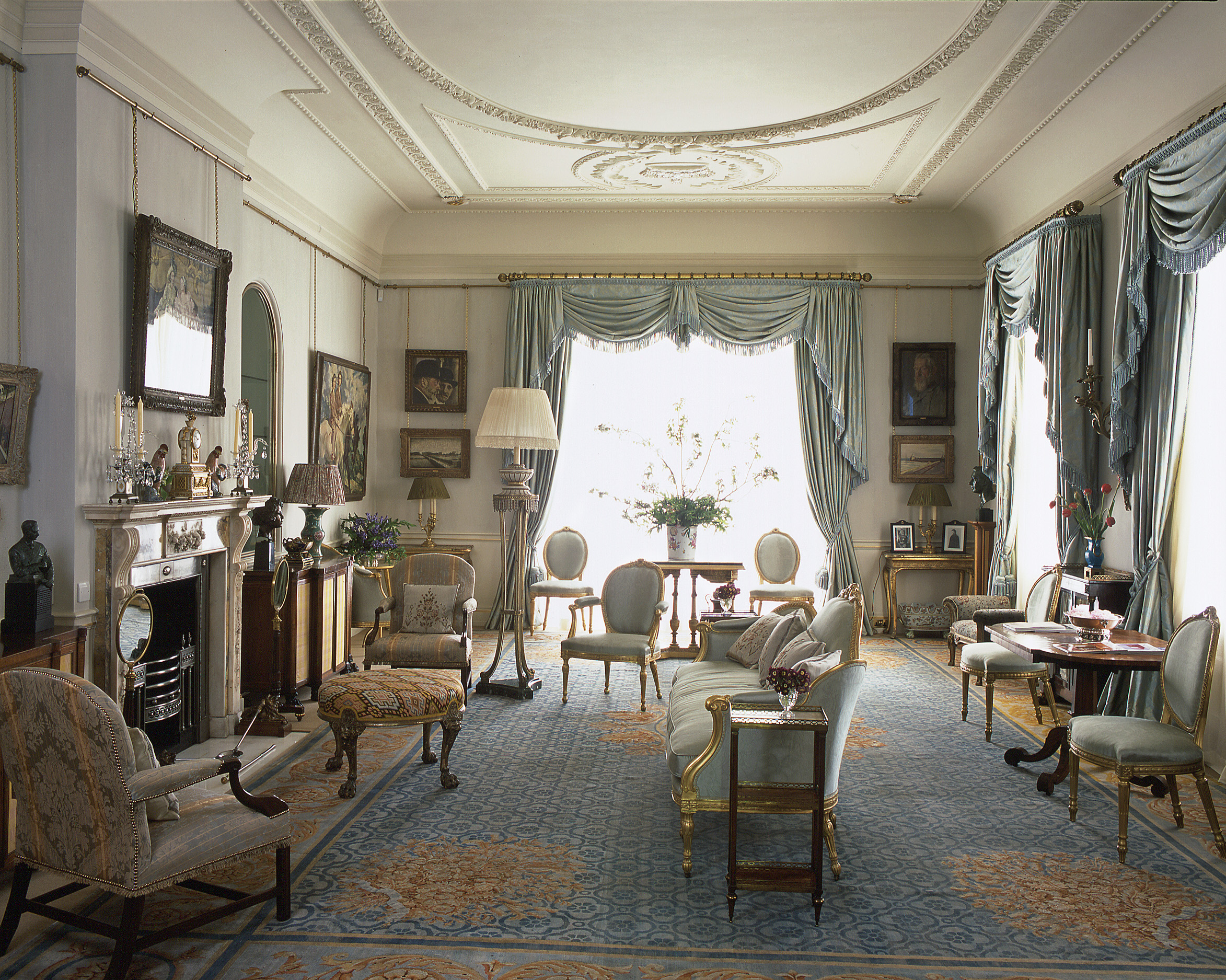 Look inside clarence house the home of prince charles for Royal classic house